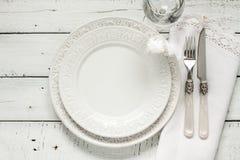 Άσπρος πίνακας που θέτει άνωθεν με το κομψό κενό πιάτο Στοκ Φωτογραφίες