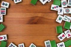 Άσπρος-πράσινα κεραμίδια για το mahjong σε ένα καφετί ξύλινο υπόβαθρο Στοκ φωτογραφίες με δικαίωμα ελεύθερης χρήσης