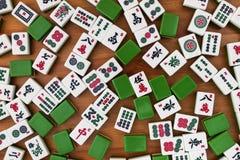 Άσπρος-πράσινα κεραμίδια για το mahjong σε ένα καφετί ξύλινο υπόβαθρο Στοκ Φωτογραφία