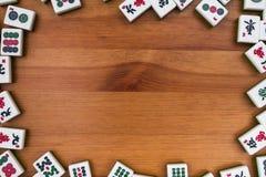 Άσπρος-πράσινα κεραμίδια για το mahjong σε ένα καφετί ξύλινο υπόβαθρο Στοκ φωτογραφία με δικαίωμα ελεύθερης χρήσης