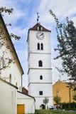 Άσπρος πύργος αναγέννησης έξι-ορόφων με το ρολόι σε Straznice στοκ φωτογραφίες