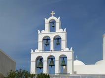 Άσπρος πύργος κουδουνιών μιας εκκλησίας και ενός μπλε ουρανού, νησί Santorini Στοκ φωτογραφία με δικαίωμα ελεύθερης χρήσης