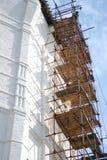 Άσπρος πύργος μοναστηριών κάτω από την αναδημιουργία Στοκ Φωτογραφία