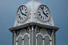 Άσπρος πύργος ρολογιών με το μπλε ουρανό στοκ εικόνες