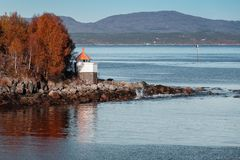 Άσπρος πύργος φάρων με την κόκκινη κορυφή, Νορβηγία Στοκ εικόνες με δικαίωμα ελεύθερης χρήσης