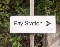 Άσπρος πληρώστε το σημάδι χώρων στάθμευσης σταθμών στη θέση μετάλλων Στοκ φωτογραφίες με δικαίωμα ελεύθερης χρήσης