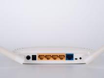 Άσπρος δρομολογητής WI-Fi που απομονώνεται στο άσπρο υπόβαθρο στοκ φωτογραφίες με δικαίωμα ελεύθερης χρήσης