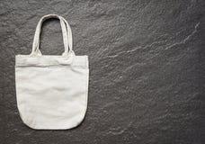 Άσπρος σάκος αγορών υφασμάτων τσαντών eco υφάσματος καμβά tote στο σκοτεινό υπόβαθρο στοκ φωτογραφίες με δικαίωμα ελεύθερης χρήσης