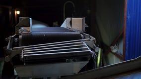 Άσπρος σάκος των σιταριών σίτου που ταξιδεύουν κατά μήκος μιας ζώνης μεταφορέων από το εργοστάσιο σιταριού για την εξαγωγή, κινημ φιλμ μικρού μήκους