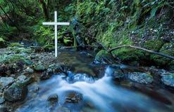 Άσπρος σταυρός ρέοντας νερού Στοκ Φωτογραφίες