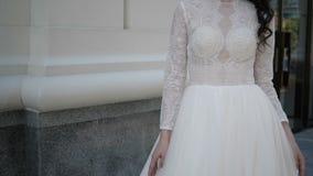 Άσπρος στενός ένας επάνω γαμήλιων φορεμάτων φιλμ μικρού μήκους