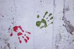 Άσπρος συμπαγής τοίχος με ζωηρόχρωμο πολυ που χρωματίζεται handprint Στοκ Εικόνα
