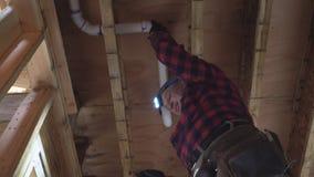 Άσπρος σωλήνας τουαλετών ατόμων κολλημένος υδραυλικός πλαστικός στον πυροβολισμό κινηματογραφήσεων σε πρώτο πλάνο απόθεμα βίντεο