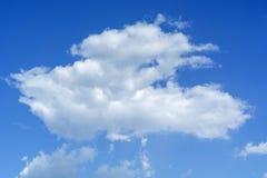 Άσπρος σωρείτης σύννεφων στο μπλε ουρανό, αφηρημένο υπόβαθρο Στοκ Εικόνες