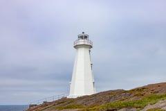 Άσπρος σύγχρονος φάρος στη λόγχη νέα γη ακρωτηρίων Στοκ εικόνα με δικαίωμα ελεύθερης χρήσης