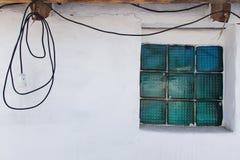 Άσπρος τοίχος και ένα παράθυρο Στοκ φωτογραφίες με δικαίωμα ελεύθερης χρήσης