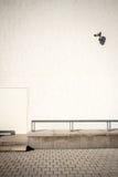 Άσπρος τοίχος με τα κάμερα ασφαλείας Στοκ φωτογραφία με δικαίωμα ελεύθερης χρήσης