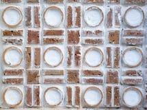 Άσπρος τοίχος με τις διακοσμήσεις ανακούφισης κύκλων Στοκ εικόνες με δικαίωμα ελεύθερης χρήσης