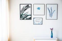 Άσπρος τοίχος με τις εικόνες Στοκ Φωτογραφία