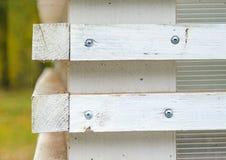 Άσπρος τοίχος με τους ξύλινους τυφλούς με τους οριζόντιους φραγμούς Στοκ εικόνες με δικαίωμα ελεύθερης χρήσης