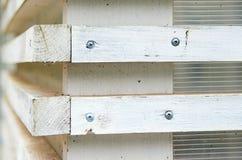 Άσπρος τοίχος με τους ξύλινους τυφλούς με τους οριζόντιους φραγμούς Στοκ φωτογραφία με δικαίωμα ελεύθερης χρήσης