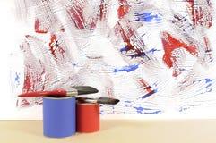 Άσπρος τοίχος με το ακατάστατο μπλε και κόκκινο χρώμα Στοκ φωτογραφία με δικαίωμα ελεύθερης χρήσης