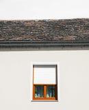 Άσπρος τοίχος με το παράθυρο και τον ουρανό κανένα σύννεφο Στοκ φωτογραφία με δικαίωμα ελεύθερης χρήσης