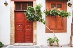 Άσπρος τοίχος, ξύλινα πόρτα και παράθυρο Στοκ φωτογραφία με δικαίωμα ελεύθερης χρήσης