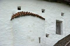 Άσπρος τοίχος της στρογγυλής εκκλησίας στο νησί Bornholm Στοκ Φωτογραφία