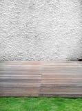 Άσπρος τοίχος τσιμέντου, ξύλινες πάτωμα και χλόη Στοκ Φωτογραφίες
