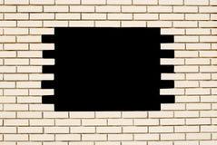 Άσπρος τουβλότοιχος με τη μαύρη τρύπα Στοκ Φωτογραφίες
