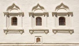 Άσπρος τουβλότοιχος με το τρία σχηματισμένο αψίδα παράθυρο Στοκ φωτογραφία με δικαίωμα ελεύθερης χρήσης