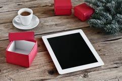 Άσπρος υπολογιστής ταμπλετών με τα ανοικτά δώρα Χριστουγέννων Στοκ φωτογραφία με δικαίωμα ελεύθερης χρήσης