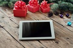 Άσπρος υπολογιστής ταμπλετών με τα δώρα Χριστουγέννων Στοκ φωτογραφία με δικαίωμα ελεύθερης χρήσης