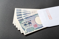 Άσπρος φάκελος και ιαπωνικό τραπεζογραμμάτιο 1000 γεν Στοκ Φωτογραφία