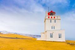 Άσπρος φάρος στο ακρωτήριο Dyrholaey, Ισλανδία Στοκ Εικόνες