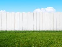Άσπρος φράκτης κήπων Στοκ εικόνες με δικαίωμα ελεύθερης χρήσης