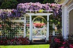Άσπρος φράκτης με τα ανθίζοντας λουλούδια Στοκ εικόνα με δικαίωμα ελεύθερης χρήσης