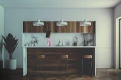 Άσπρος φραγμός σε ένα γκρίζο εσωτερικό κουζινών, γυναίκα στοκ εικόνες με δικαίωμα ελεύθερης χρήσης