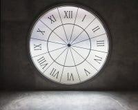 Άσπρος χρόνος ρολογιών στον παλαιό βρώμικο γκρίζο συμπαγή τοίχο Στοκ Φωτογραφίες