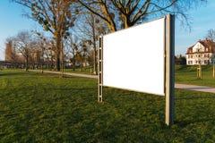 Άσπρος ψαλιδισμένος πίνακας διαφημίσεων σε ένα πάρκο στοκ φωτογραφία με δικαίωμα ελεύθερης χρήσης