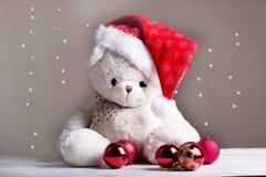 Άσπρος teddy αντέχει με τις κόκκινες σφαίρες Χριστουγέννων Στοκ Φωτογραφίες