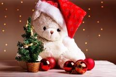 Άσπρος teddy αντέχει με τις κόκκινες σφαίρες Χριστουγέννων Στοκ φωτογραφίες με δικαίωμα ελεύθερης χρήσης