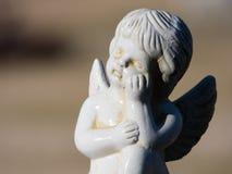 Άσπρο άγαλμα αγγέλου Στοκ φωτογραφία με δικαίωμα ελεύθερης χρήσης