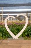 Άσπρο άγαλμα καρδιών, όμορφο υπόβαθρο Στοκ Φωτογραφία