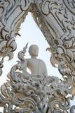 Άσπρο άγαλμα περισυλλογής μοναχών στο ναό Rong Khun Στοκ Εικόνες