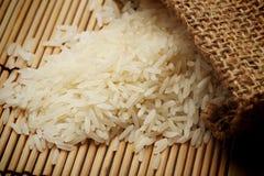 Άσπρο άψητο ρύζι στο μικρό σάκο Στοκ εικόνα με δικαίωμα ελεύθερης χρήσης