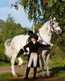 Άσπρο άλογο παραμονής γυναικών whith στοκ εικόνες