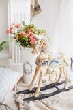 Άσπρο άλογο στα παιδιά ` s Στοκ Φωτογραφίες