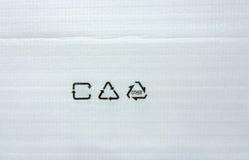 Άσπρο έγγραφο αφρού για τη σύσταση συσκευασίας με το ανακύκλωσης σύμβολο Στοκ φωτογραφία με δικαίωμα ελεύθερης χρήσης